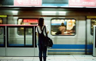 《地铁等待》尤克里里谱_弹唱视频教学_白熊音乐